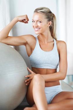 Занятия на фитболе очень эффективны для совершенствования тела.
