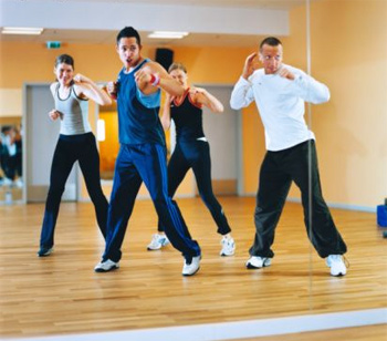 При занятиях тай-бо важно уверенно стоять на ногах и не скользить по полу во время передвижений.