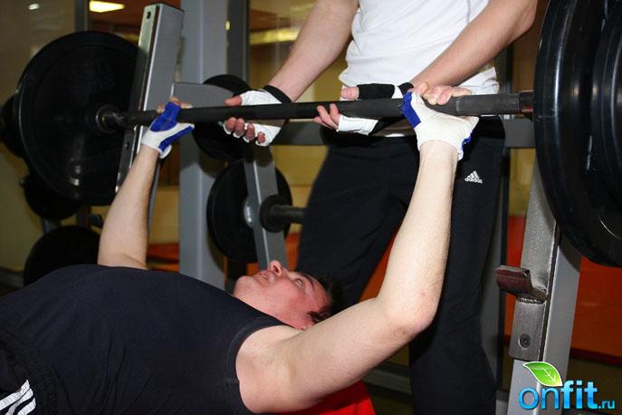 """Соревнования по подтягиванию и жиму лежа в """"World Gym"""""""